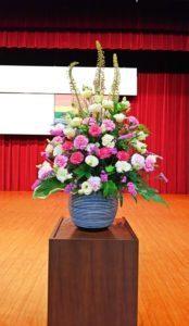 会議の演台横に -演台花-