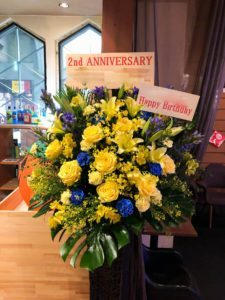 【事例紹介】ダーツバー2周年のお祝いにスタンド花を